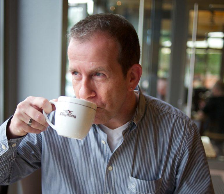 Mal sich zum Kaffeetrinken verabreden