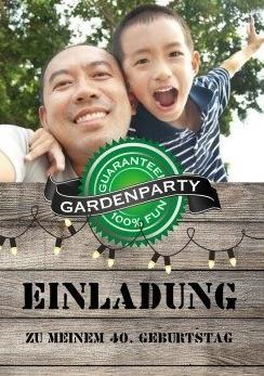 Einladung Grillparty: Eine fröhliche Karte mit Holzlook lädt zur Grillparty ein.