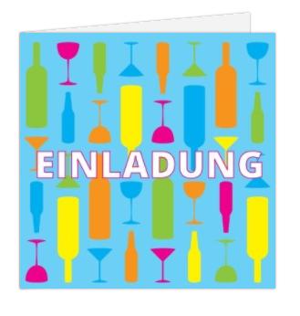 bunte Flaschen und Gläser vor hellblauem Hintergrund auf der Einladung zur gläsernen Hochzeit