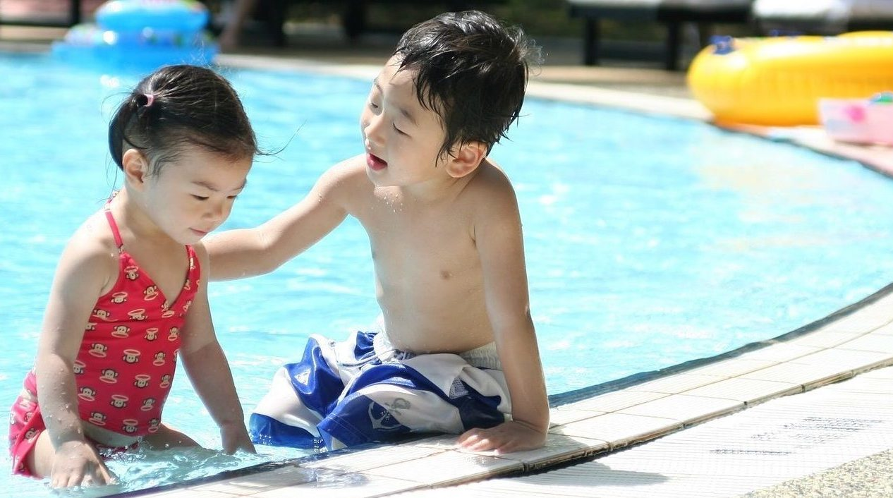 Wasserspiele – spritzige Einladung zur Poolparty