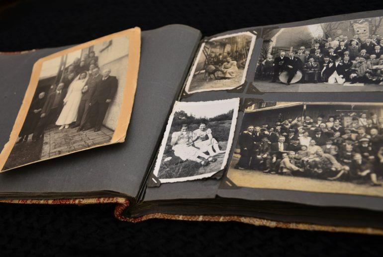 Fotoalben bewahren die Geschichten von früher auf